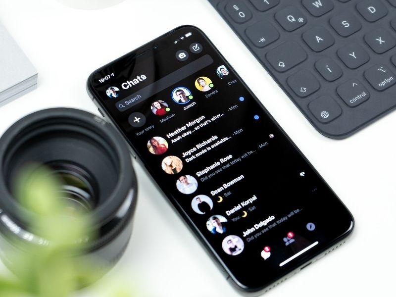 imagem mostra um smartphone com o aplicativo whatsapp messenger aberto