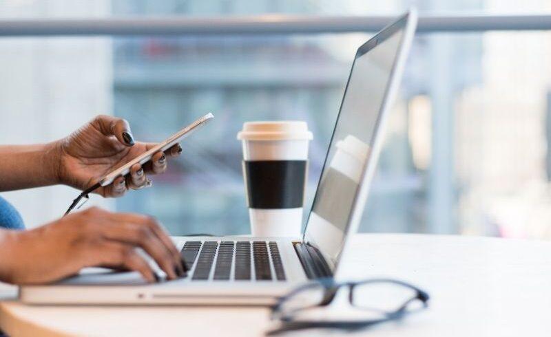 Imagem mostra dispositivos conectados à internet como notebook e celular