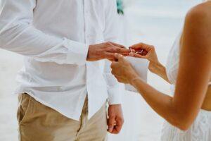 casamento civil - mulher-colocando-alianca-no-noivo